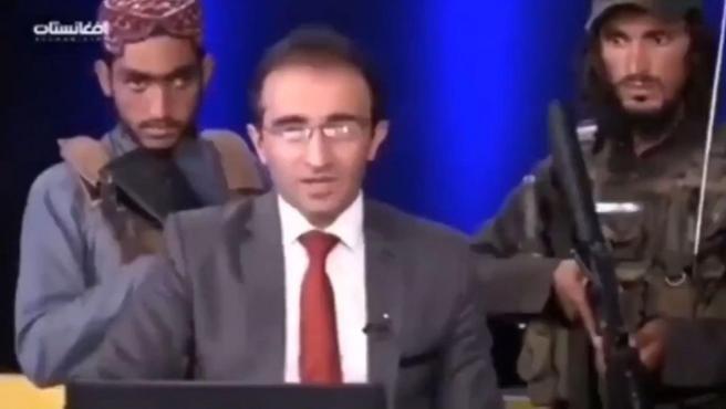 Un grupo de talibanes rodea al presentador durante un programa.