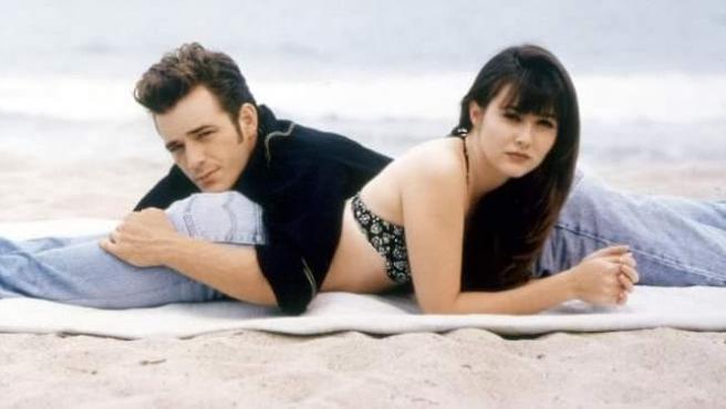 Luke Perry y Shannen Doherty en 'Sensación de vivir'.
