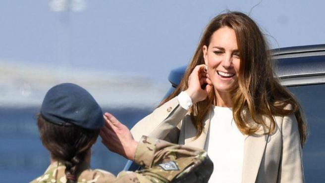 Kate Middleton saluda a una de los soldados de la Operación Pitting.