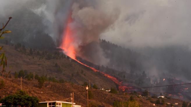 Un río de lava baja por Cumbre Vieja entre las casas de los vecinos de La Palma tras la erupción del volcán.