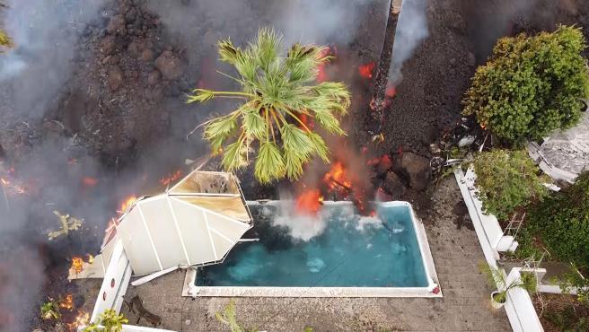 El río de lava del volcán de La Palma avanza lento pero inexorablemente, con sus tres lenguas y un frente que mide ya 500 metros de ancho, camino del mar. En algunos puntos la altura es de 15 metros, con un poder de destrucción brutal.