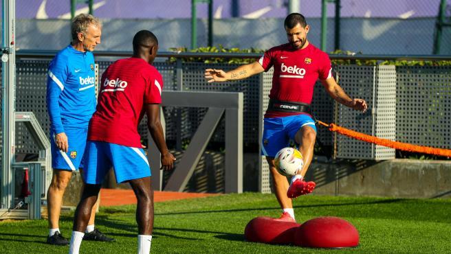 Dembélé (i) y Agüero (d) trabajan en un entrenamiento del Barça