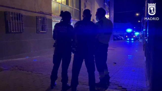 Efectivos de la Policía Nacional y de Emergencias, en el lugar donde un hombre falleció tras recibir una puñalada, en el distrito madrileño de San Blas.