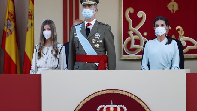 El rey Felipe VI, la reina Letizia, y la infanta Sofía, en la tribuna real durante el desfile militar del 12 de Octubre en el Paseo de la Castellana de Madrid.