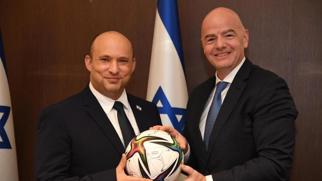 Naftali Bennet, primer ministro de Israel, y Gianni Infantino, presidente de la FIFA