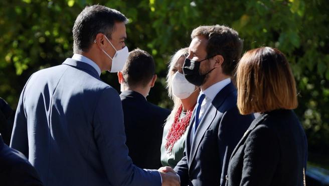 El presidente del Gobierno, Pedro Sánchez, saluda al líder del PP, Pablo Casado a su llegada al Monasterio de Yuste donde el rey Felipe entrega el Premio Europeo Carlos V a la canciller alemana Ángela Merkel.
