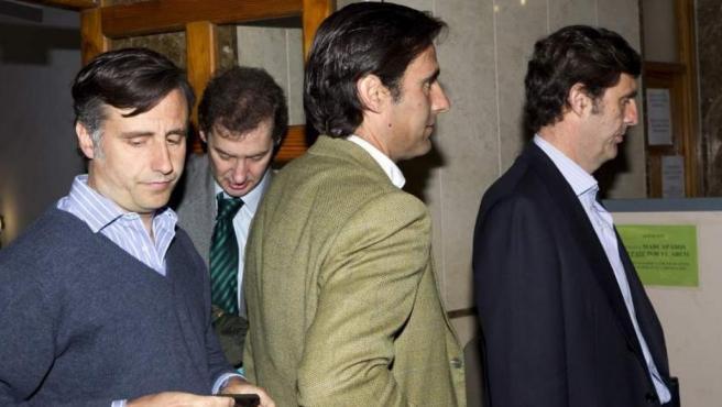 Pablo Ruiz-Mateos (centro) junto a sus hermanos José María (izquierda) y Zoilo (derecha).