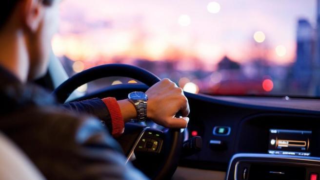 A la hora de conducir, los brazos tienen que estar ligeramente flexionados para poder maniobrar.