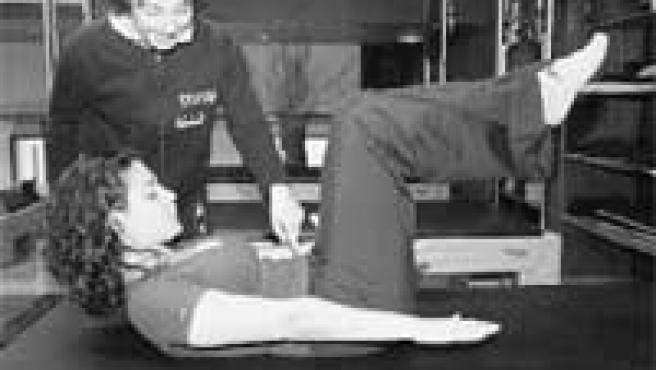El cien. Según Marida, monitora del centro Pilates Wellness & Energy (de pie, en la foto), «es el ejercicio fundamental. Activa la circulación, hace que todo el cuerpo entre en calor y aumenta la capacidad pulmonar». En esta posición, se suben y bajan los brazos, concentrando toda la energía en los músculos abdominales. Este ejercicio se puede realizar en varios aparatos.