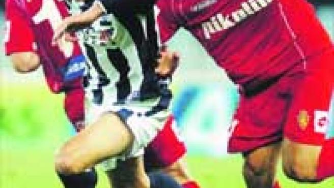 El argentino Leo Ponzio persigue al jugador de la Real Sociedad Uranga.