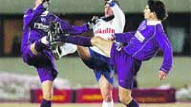 Villa pelea el balón con Antonsson y Blanchard.