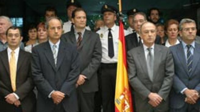 Funcionarios de la embajada de España en Mexico guardan 5 minutos de silencio
