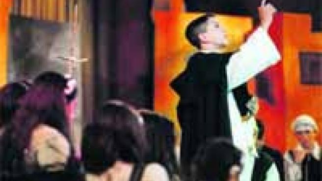 Algunos momentos de la representación de los milagros de Sant Vicent en el altar del Tossal, en el que los niños captaron la atención de un numeroso público. Representaron la Dóna endemoniada, del autor Manuel Sánchez i Navarrete.
