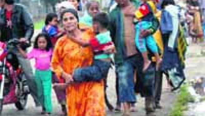 Familias enteras en busca de un lugar de acogida y personas rotas por el dolor son imágenes habituales estos días en la zona del siniestro.