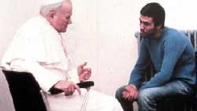 Foto de archivo tomada en 1983 que muestra al Papa conversando con Ali Agca, el hombre que le disparó en Ciudad del Vaticano en 1981 (Foto: EFE)