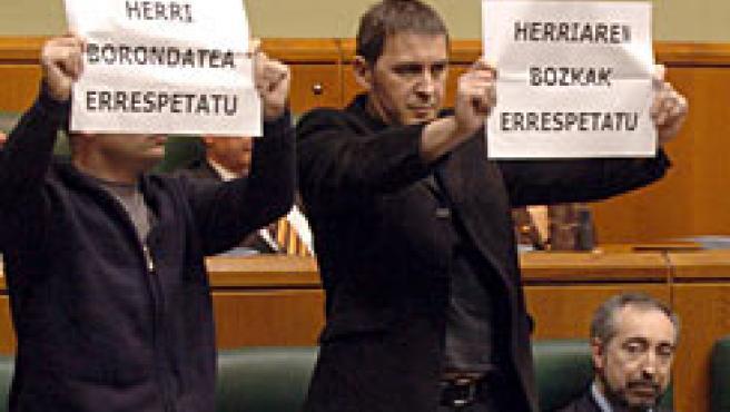 Pancartas e himnos de protesta en la Cámara