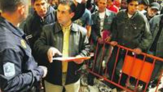 Centenares de inmigrantes estuvieron ayer más de 18 horas haciendo cola en la Oficina de Estadística de Murcia.