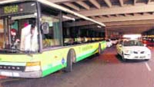 El autobús al aeropuerto cuesta 2,30 1 y en taxi, 17, 61 ó 20,72 1, desde cualquier punto de la ciudad.