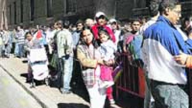 Cientos de inmigrantes hicieron cola en Periodista Azzati.