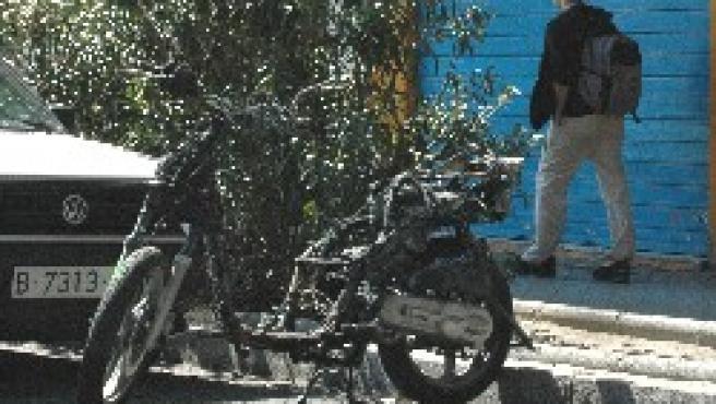 La moto continúa abandonada siete días después.