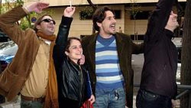 El actor Juan Diego Boto celebra junto a familiares de desaparecidos durante la dictadura argentina la sentencia de la Audiencia Nacional (Foto: EFE)