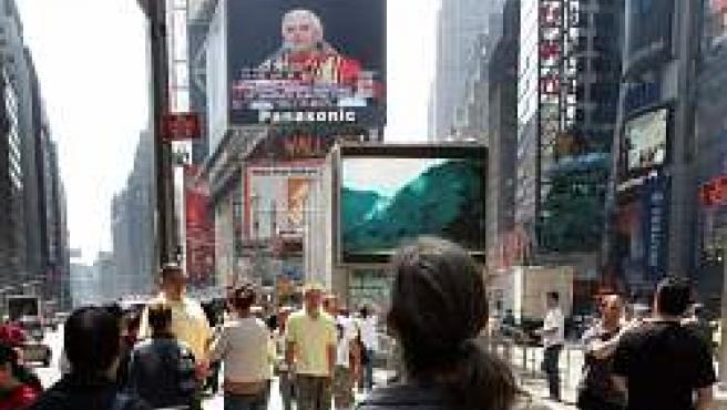 Una pantalla de TV muestra a Benedicto XVI en Nueva York (Reuters)