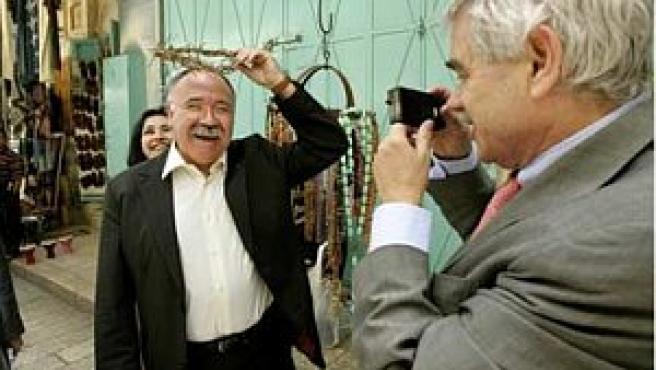 Maragall saca una fotografía a Carod Rovira con una corona de espinas en una tienda turística de Israel (Foto: AP)