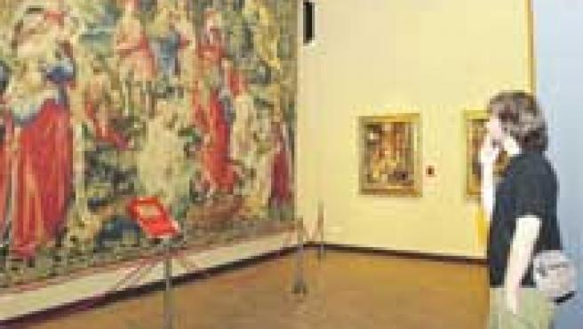 Un visitante admirando, ayer, las obras recién expuestas en la sala tercera del Museo de Tapices de la Seo.