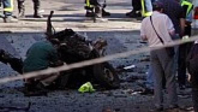 Un policía observa los restos de la explosión (Reuters)