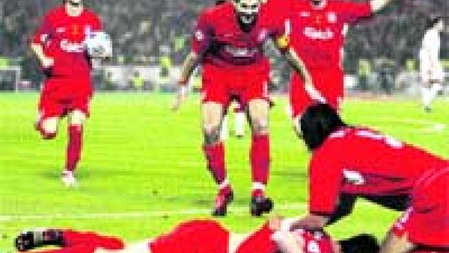 Los jugadores del Liverpool celebran el gol de Xabi Alonso, que empataba el partido después de que el Milan fuera ganando 3-0.