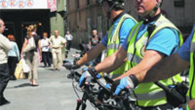 Los guardias urbanos de la nueva unidad lucieron ayer su nueva equipación en la plaça de la Vila antes de comenzar a patrullar.
