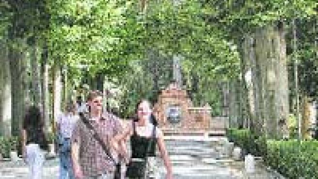 Turistas paseando por el parque María Luisa.