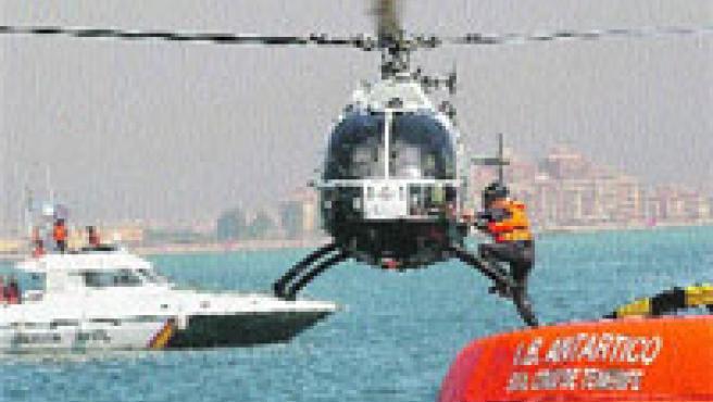 Los agentes practicaron cómo pasar de una patrullera a un helicóptero en marcha.