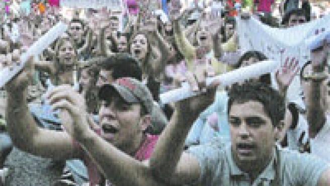 Los estudiantes reclamaron un aprobado general en la plaza del Ayuntamiento de Valencia.