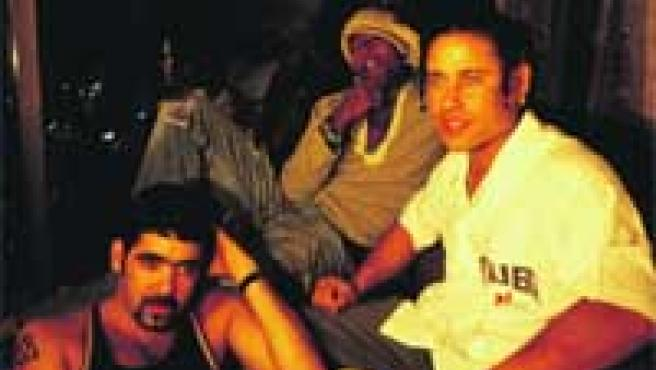 Roldán (con barba), que fue el último en incorporarse al trío Orishas, con Ruzzo (derecha) y Yotuel (Izquierda).