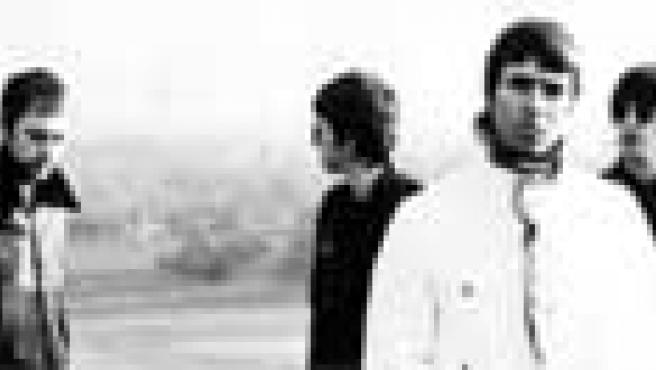 Liam Gallagher, en primer plano. Detras, Andy Bell, Noel Gallagher y Gem Archer.