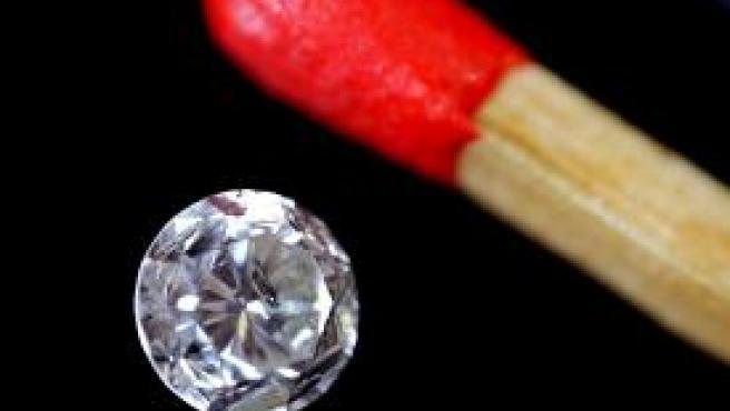 El diamante realizado a partir de las cenizas del padre de uno de los miembros de la compañía que ofrecen el servicio (Foto: EFE)