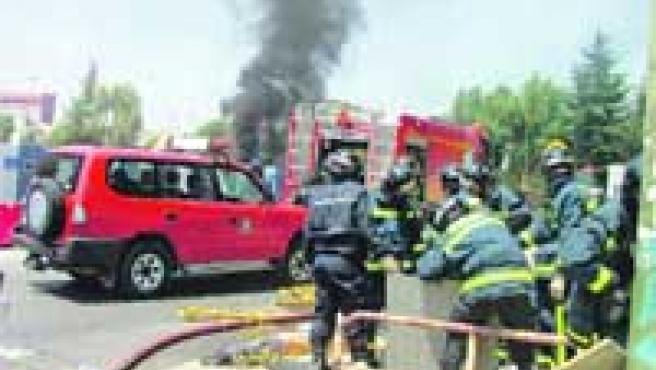 Bomberos sofocando ayer el incendio en la calle Bambú.