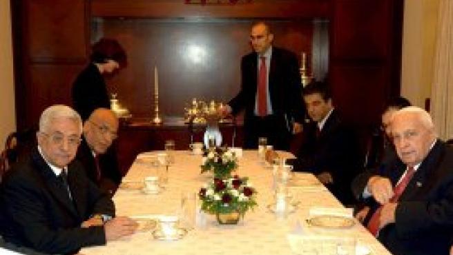 Sharon y Abás en la crucial reunión en la que han tratado de coordinar la retirada de la franja de Gaza. Foto: (EFE)