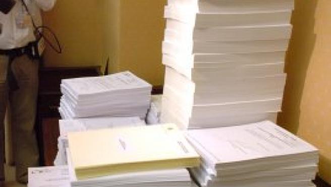 Estos son los documentos que se han debatido en la sesión final de la Comisión del 11-M. (Foto: Efe)