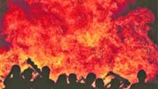 El fuego es uno de los elementos clave de la fiesta de San Juan. Al quemar los júas te desprendes de todo lo que quieres dejar atrás.