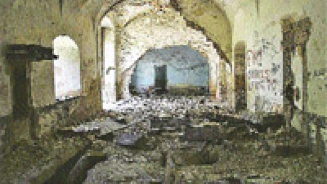 Arriba se aprecian fosas que pudieron ser tumbas en su día. El destrozo es evidente, pero en las otras fotos se puede apreciar bien la estructura de la hacienda. Abajo, vista general.