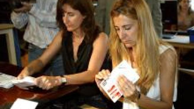 Dos funcionarias proceden a la apertura de sobres