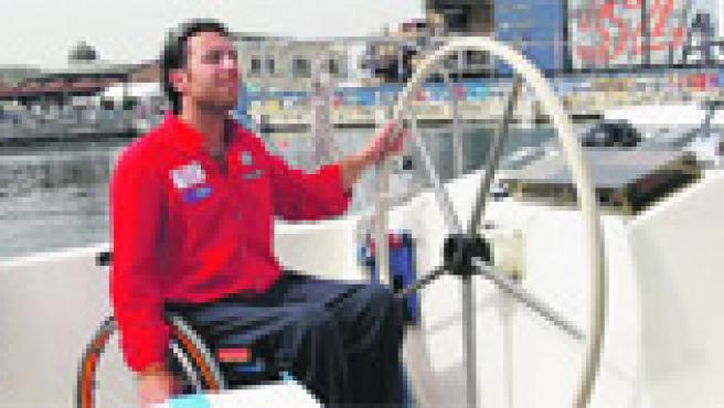 El joven discapacitado Andrea Stella al timón de su barco accesible ayer en el puerto de Valencia.