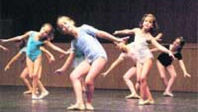 Jóvenes bailarinas del Estudio de María de Ávila, ayer, en el ensayo general de su festival.