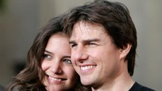"""Tom Cruise y Katie Holmes, galardonados con el premio al objetivo más """"coñazo"""" de la prensa."""