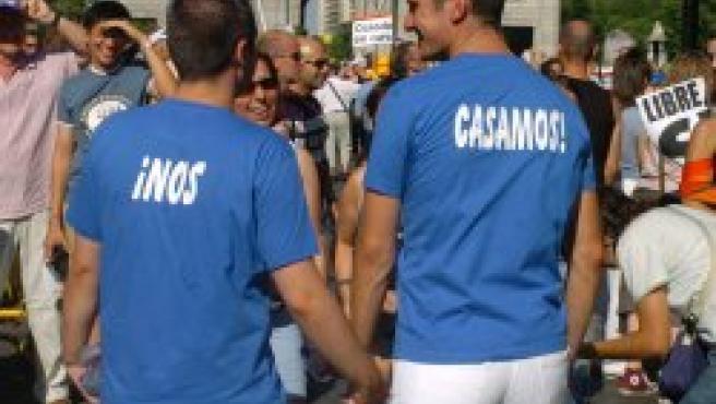 Dos jóvenes en la Marcha del Orgullo Gay en Madrid