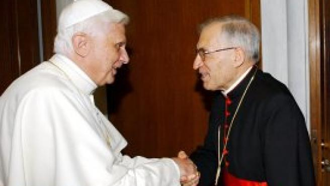 El Papa saluda a Rouco Varela durante su reunión en el Vaticano. (Foto: EFE)