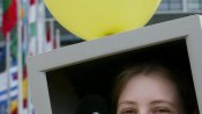 Una joven protesta ante el Parlamento Europeo contra la muy controvertida directiva sobre las patentes (Foto: EFE)
