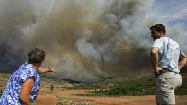 Vecinos de Santa Maria del Espino miran el incendio que arrasa el norte de Guadalajara.